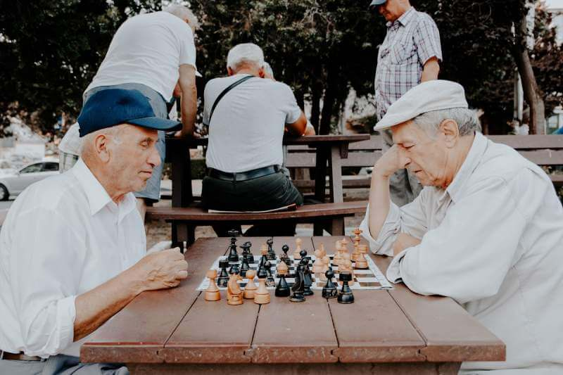 agedpeople-chess-playing